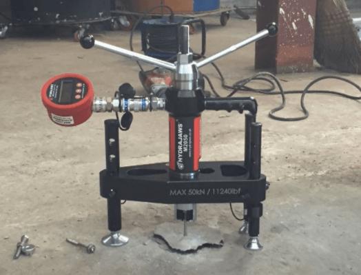 Prueba realiza con una máquina pull sobre un tornillo aturroscante en hormigón