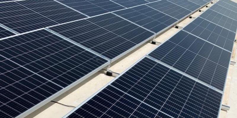 Instalación paneles solares en cubierta industrial con estructuras metálica de Alusin Solar